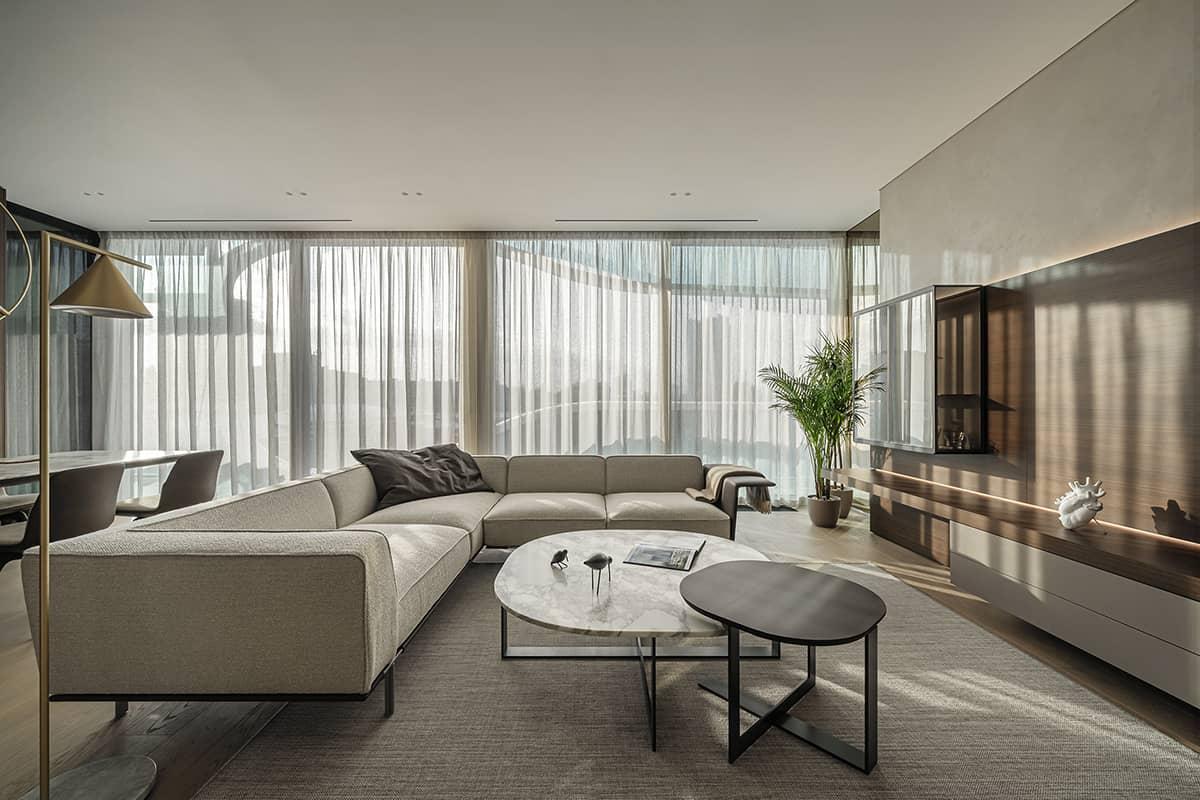 Phòng khách chung cư 90m2 được thiết kế đơn giản mà vẫn nổi bật.